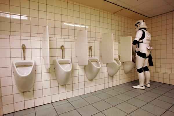 Stormtrooper moet ook wel eens plassen