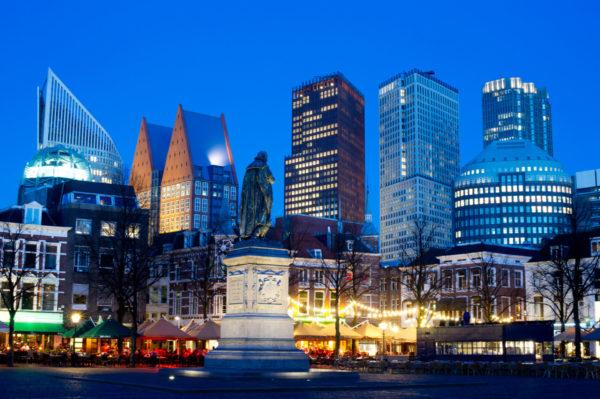 Avondopname van het Plein in Den Haag